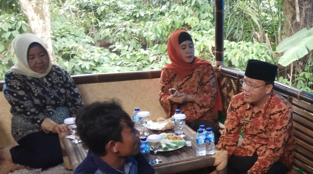 Plt Gubernur Bengkulu Rohidin Mersyah bersama Wakil Bupati Kepahiang Netti Herawati dan pelaku usaha kerajinan bambu