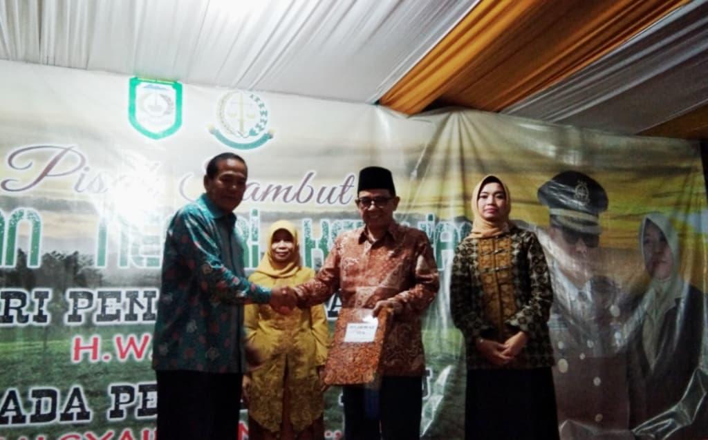 Mantan Kajari Kepahiang Wargo menyerahkan sertifikat tanah TPA Muara Langkap kepada Bupati Kepahiang di penghujung acara pisah sambut Kajari Kepahiang